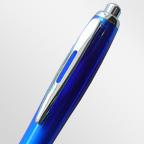 Шариковая ручка с прозрачным цветным корпусом (внутренним белым слоем), с матовой зоной грифа и металлическим клипом