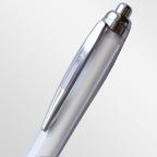 Шариковая ручка с прозрачным корпусом (внутренним белым слоем), с матовой зоной грифа и металлическим клипом